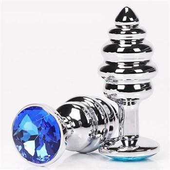 Серебристая фигурная анальная пробка с синим кристаллом - 8 см.
