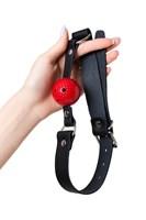 Красный кляп-шарик на черном регулируемом ремешке - фото 170249
