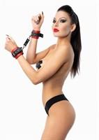 Красно-черные наручники с фиксацией на двух карабинах - фото 79667