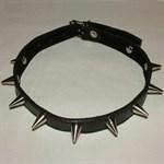 Узкий декорированный шипами ошейник  - фото 1149307