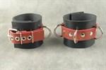 Чёрные не подшитые наручники с 3 сварными D-кольцами - фото 1149367