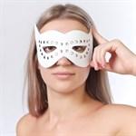 Белая маска на глаза с разрезами и заклепками  - фото 1655565