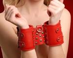 Широкие красные кожаные наручники - фото 1520599