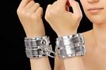Серебристые наручники с коротким ремешком и никелированной фурнитурой - фото 1151867