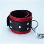 Красно-чёрные кожаные наручники с меховым подкладом - фото 13997