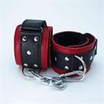Красно-чёрные кожаные наручники с меховым подкладом - фото 13995